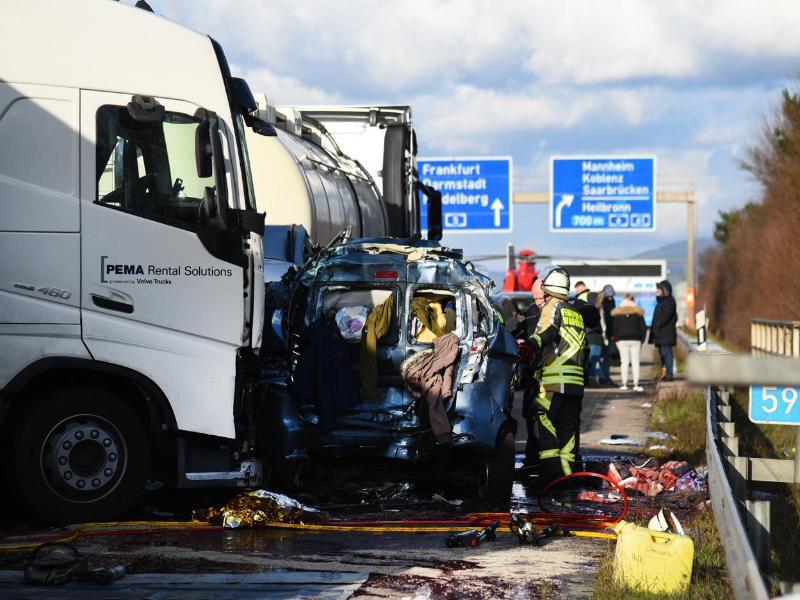 Bild zu Schwerer Verkehrsunfall auf der A5