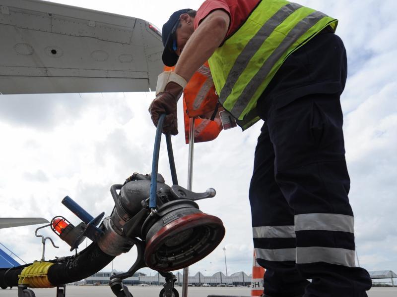 Bild zu Betanken eines Flugzeugs