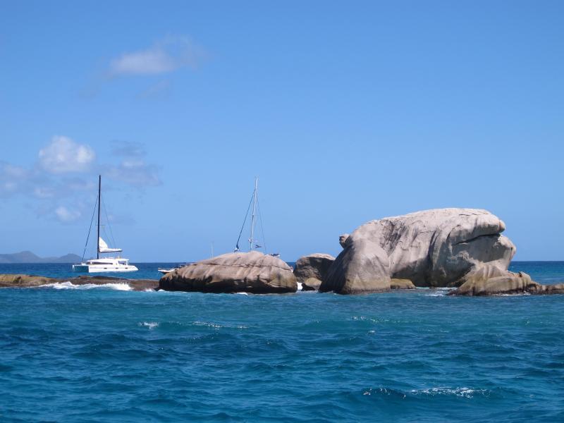 Bild zu Ein Segelboot ankert bei den Seychellen