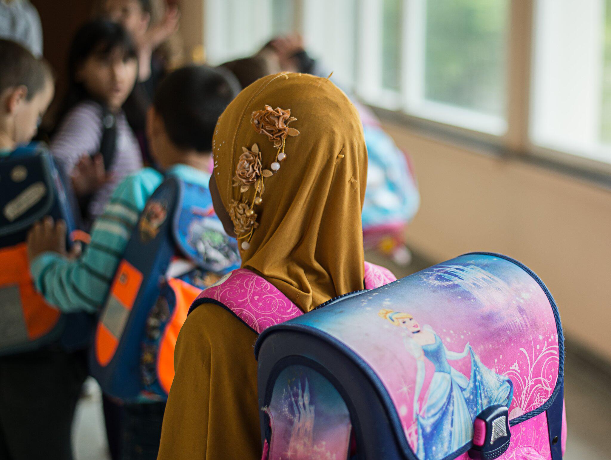 Bild zu Mädchen mit Kopftuch in der Schule