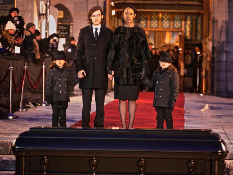 Bild zu Céline Dion am Sarg ihres Ehemannes