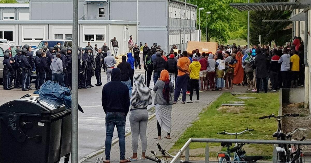 Attacke auf Polizisten in Asylunterkunft – Ungeklärter Tod einer Frau