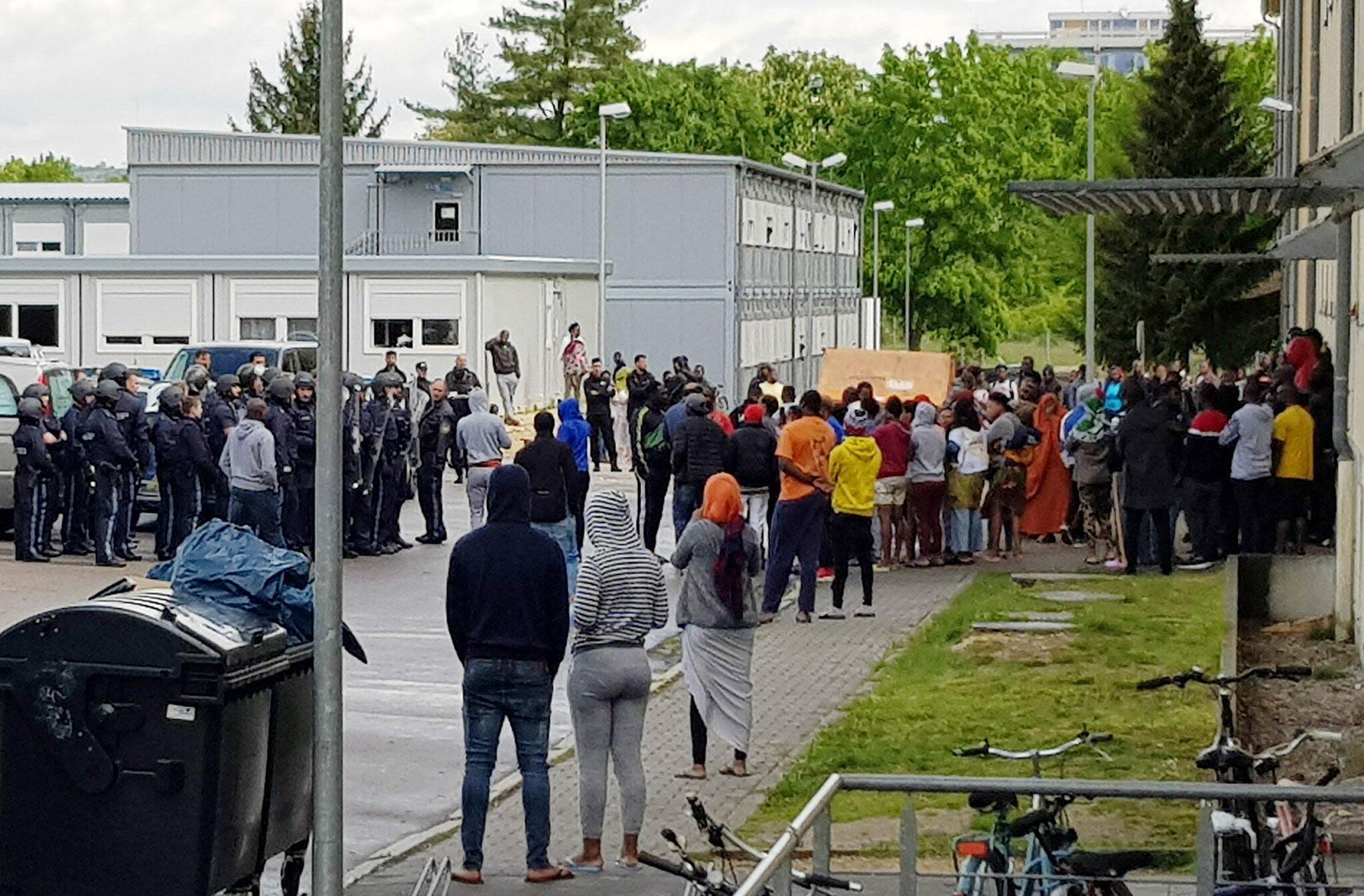 Bild zu Großeinsatz der Polizei in Asylbewerberheim