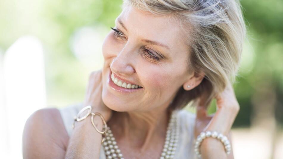 Tipps für Frauen: So bleiben die Haare im Alter gesund und schön
