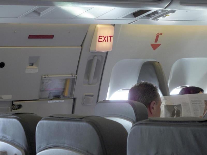 Bild zu Blick auf einen Flugzeug-Notausgang