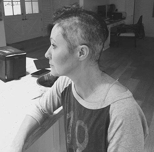 Bild zu Shannen Doherty: Haare ab im Krebs-Kampf