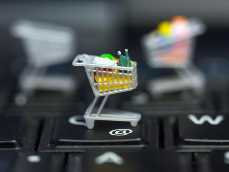 Bild zu Miniatur-Einkaufswagen auf Tastatur