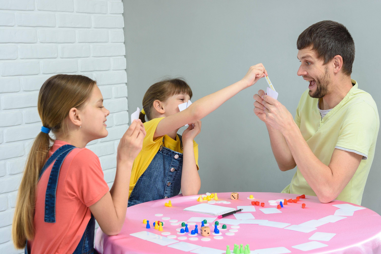 Bild zu Familie beim Spielen