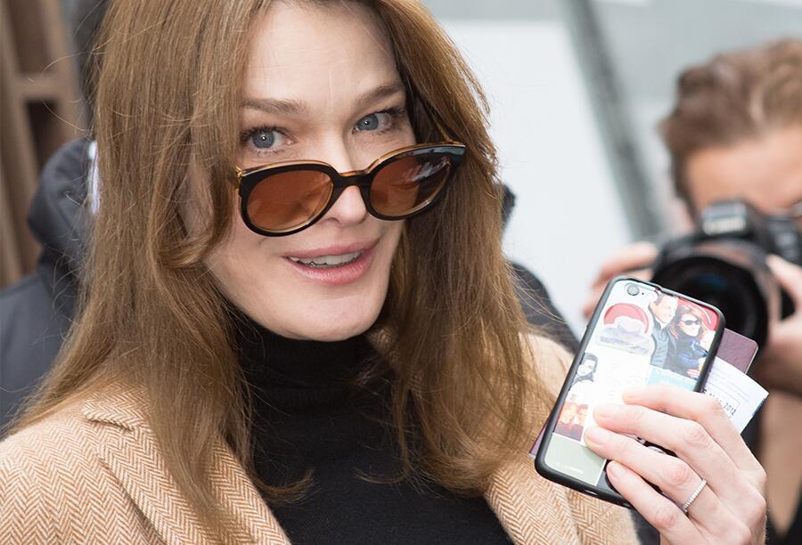 Bild zu Carla Bruni mit ihrem Handy
