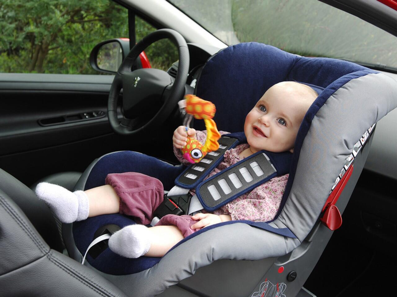 Bild zu Autoreise mit Baby: Der sicherste Platz ist der Beifahrersitz