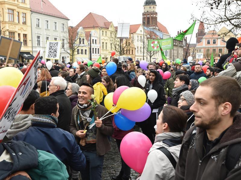 Bild zu Demonstration für Weltoffenheit