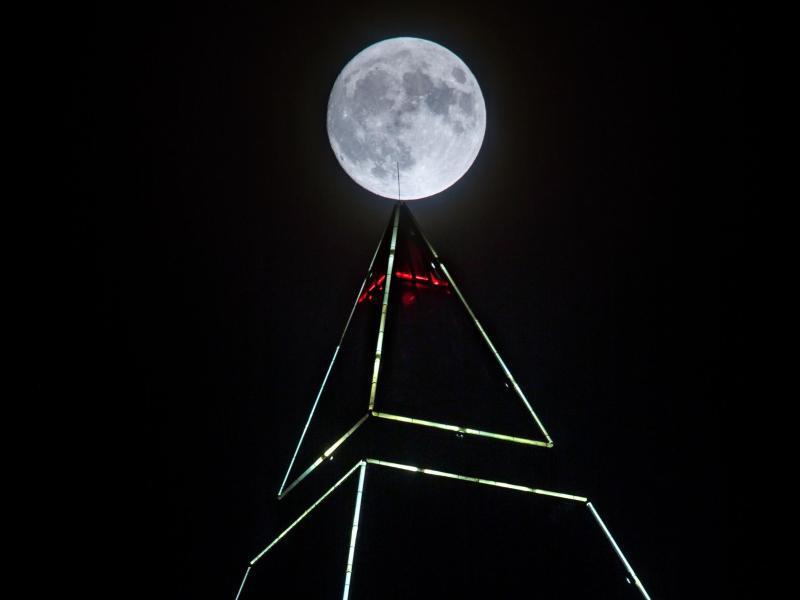 Bild zu Vollmond über dem Frankfurter Messeturm