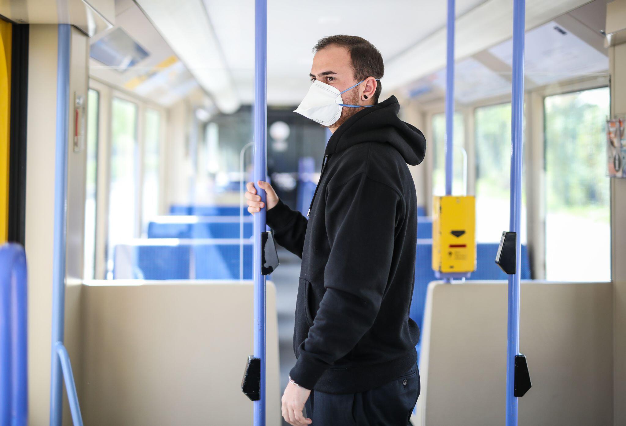 Bild zu Atemschutzmaske in öffentlichen Verkehrsmitteln
