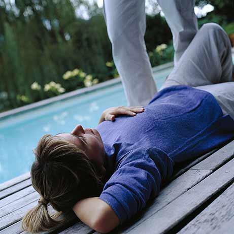 Bild zu Frau liegt auf Rücken an Pool