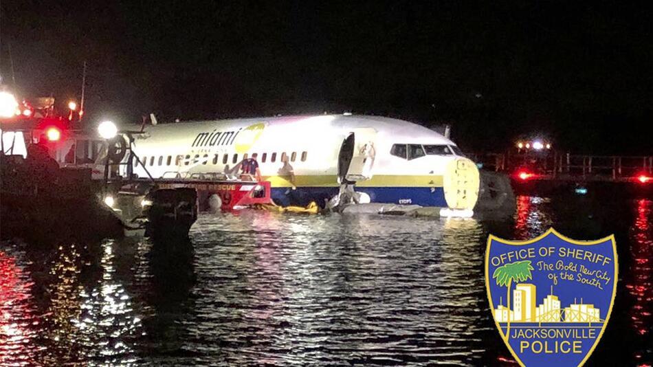 Boeing 737 rutscht auf US-Flughafen von Landebahn in Fluss
