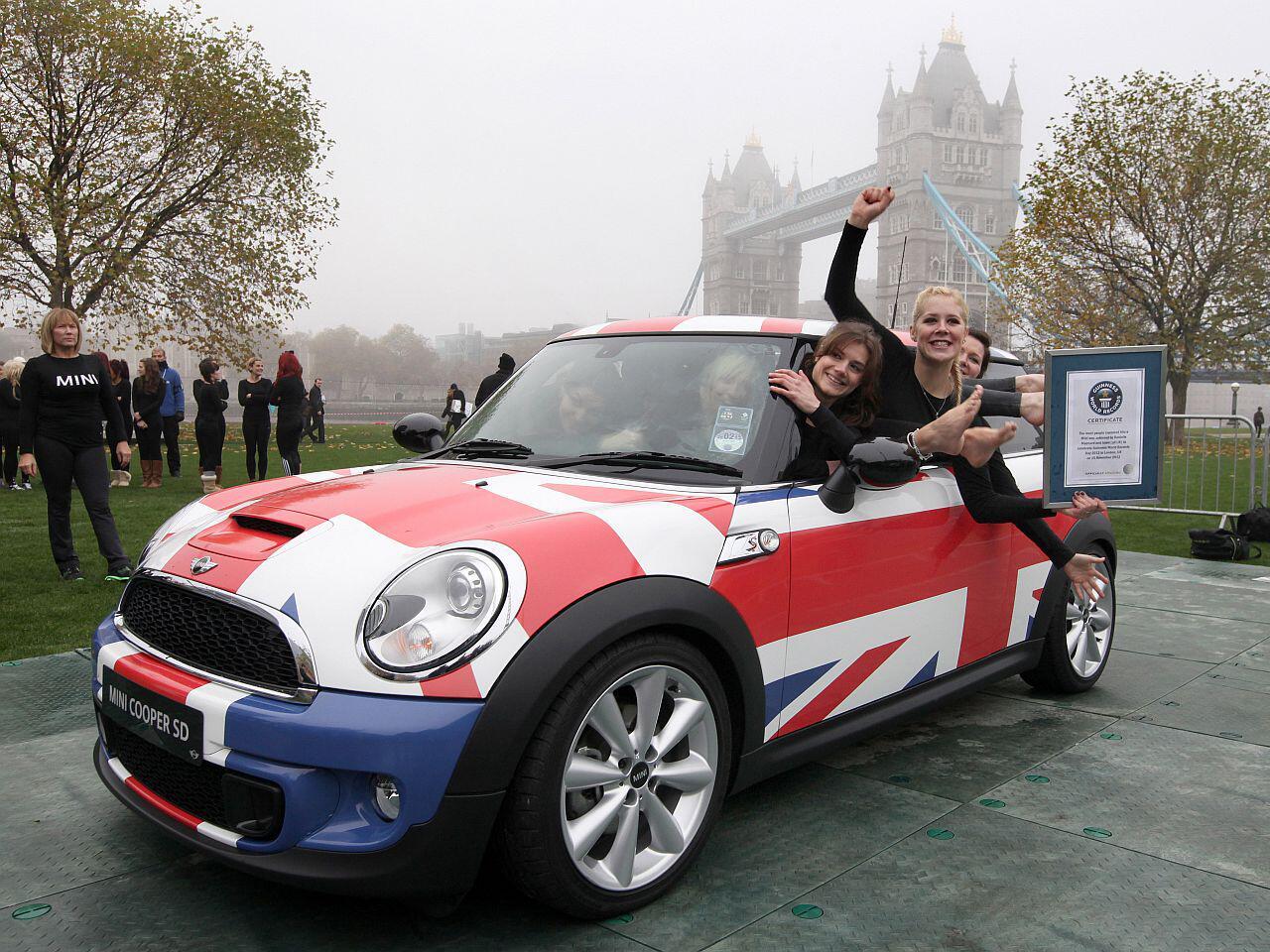 Bild zu Kurios: In diesen Mini-Cooper zwängten sich 28 britische Turnerinnen