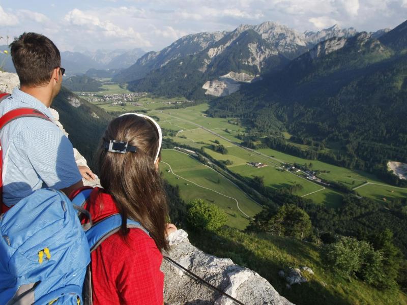 Bild zu Urlauber schauen ins Tal