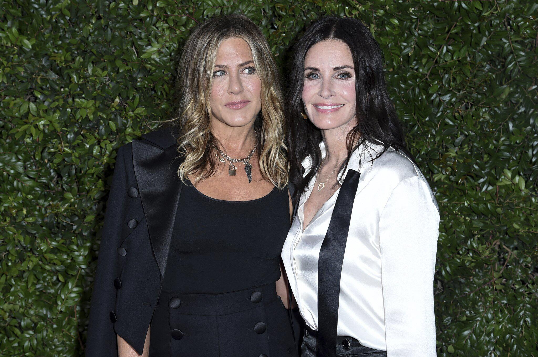 Bild zu Privatjet, Jennifer Aniston, Courteney Cox