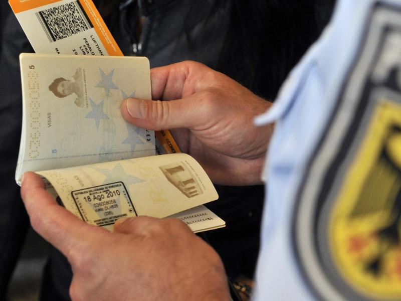 Bild zu Passkontrolle am Frankfurter Flughafen