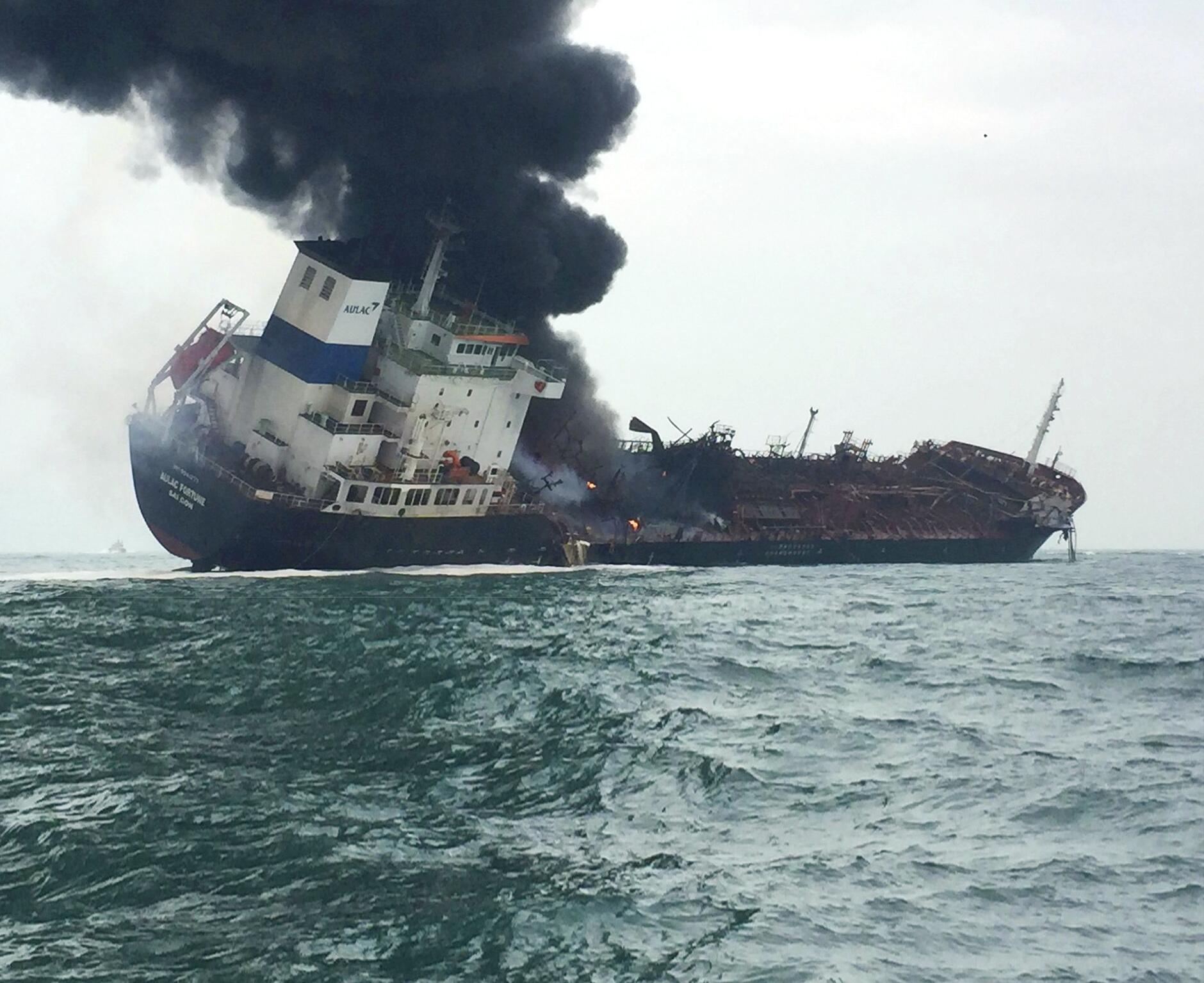 Bild zu Feuer auf Öltanker vor Hongkong