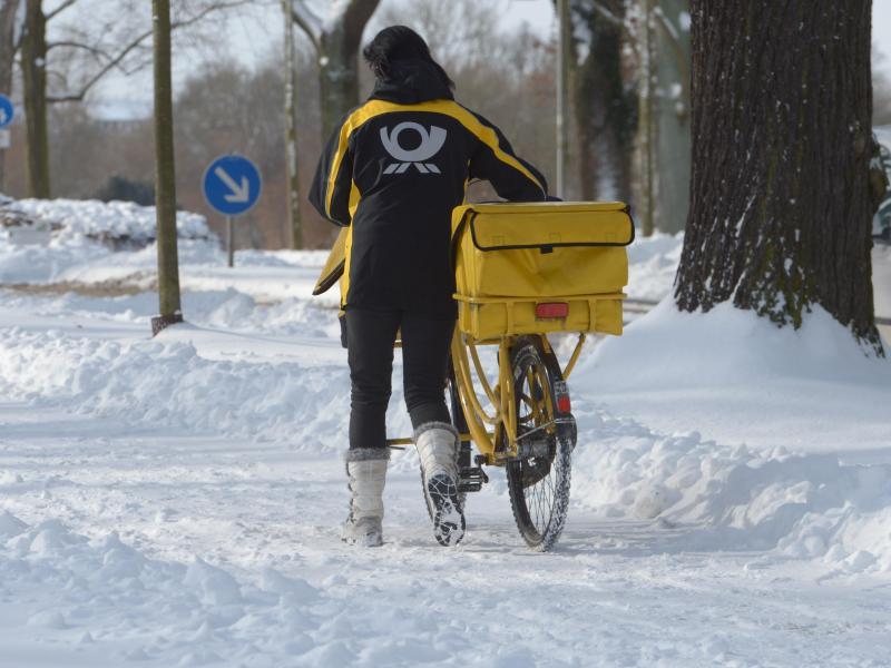 Bild zu Postzustellerin