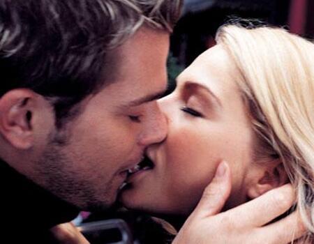 Bild zu Küssendes Paar