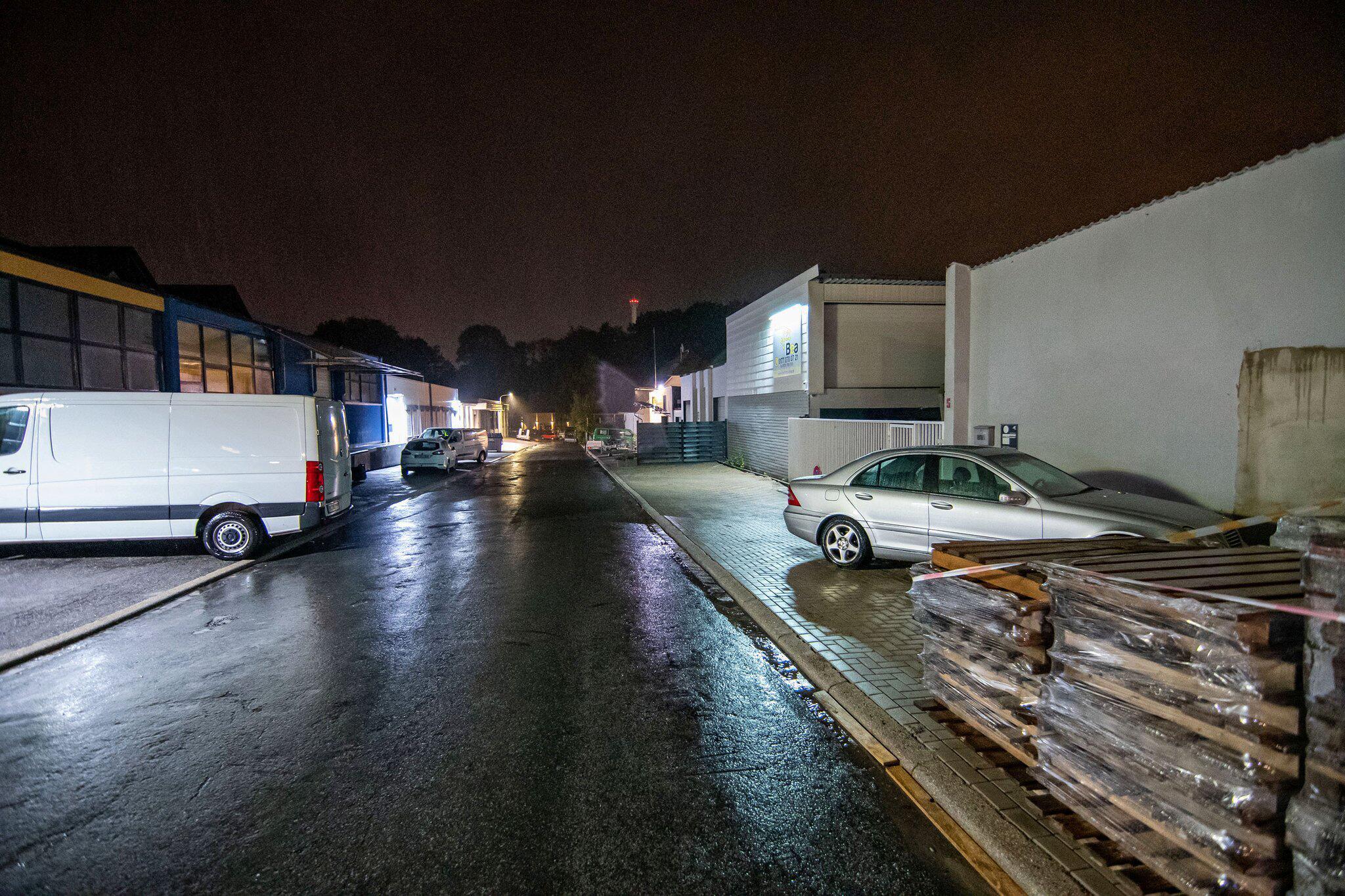 Bild zu Wagen fährt in Menschengruppe - Zwei Leichtverletzte
