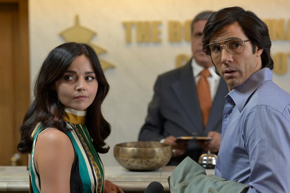 Jenna Coleman als Marie-Andree Leclerc und Tahar Rahim als Charles Sobhraj.