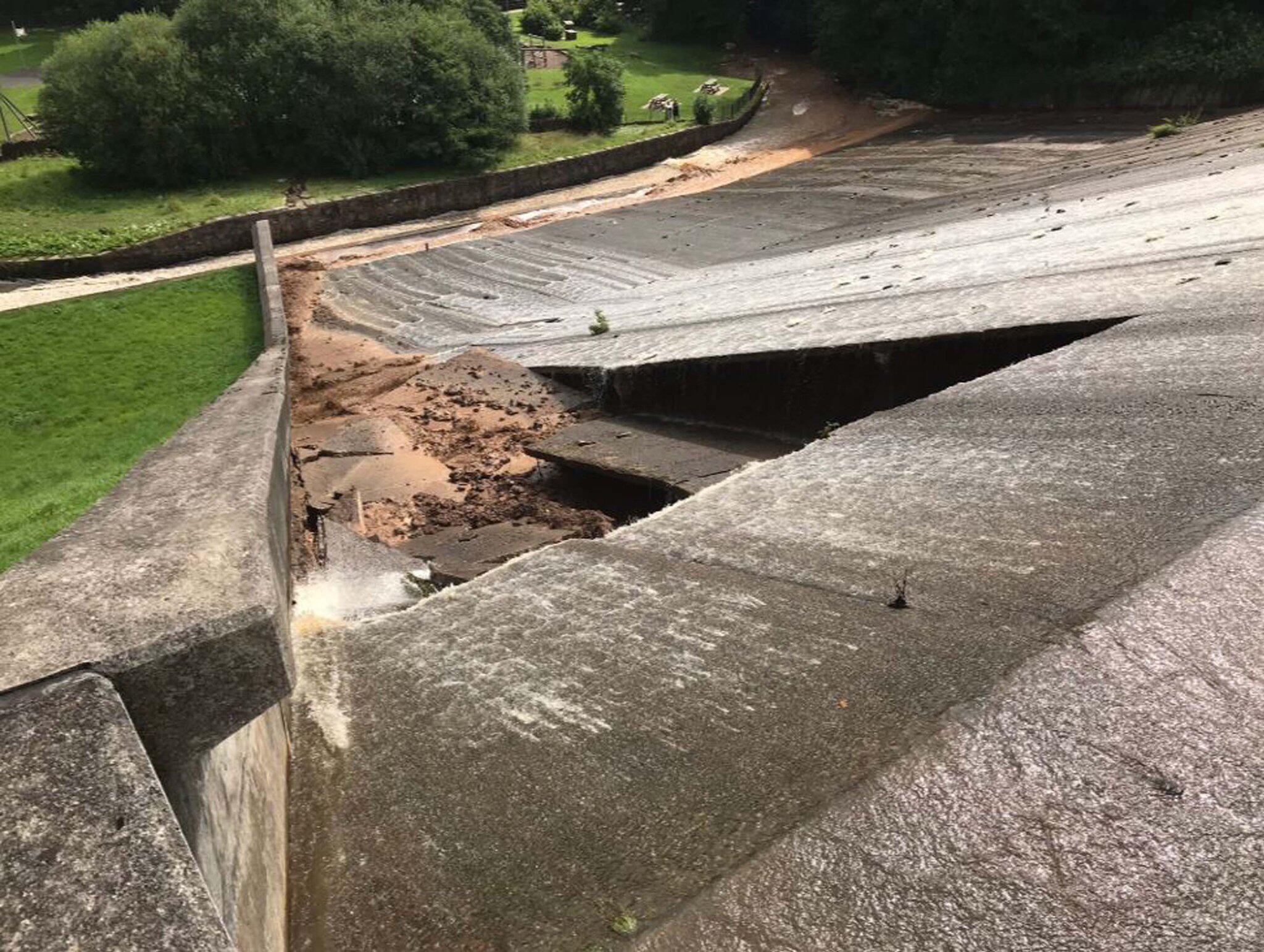 Bild zu Damm im Norden Englands droht zu brechen