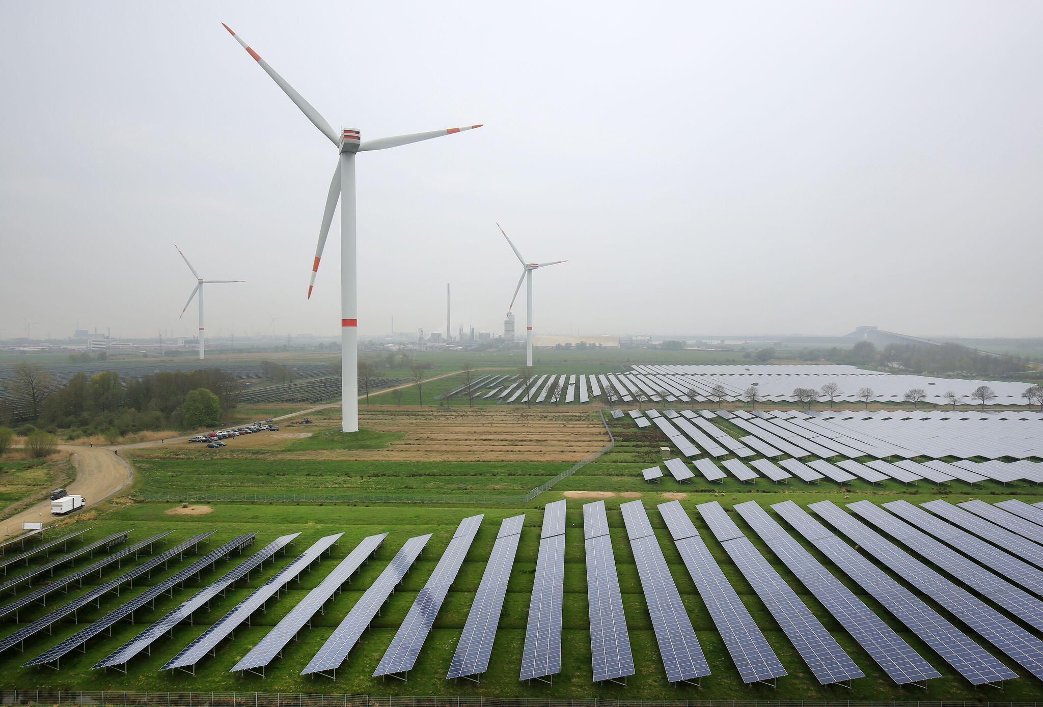 Bild zu Windräder und Solaranlagen