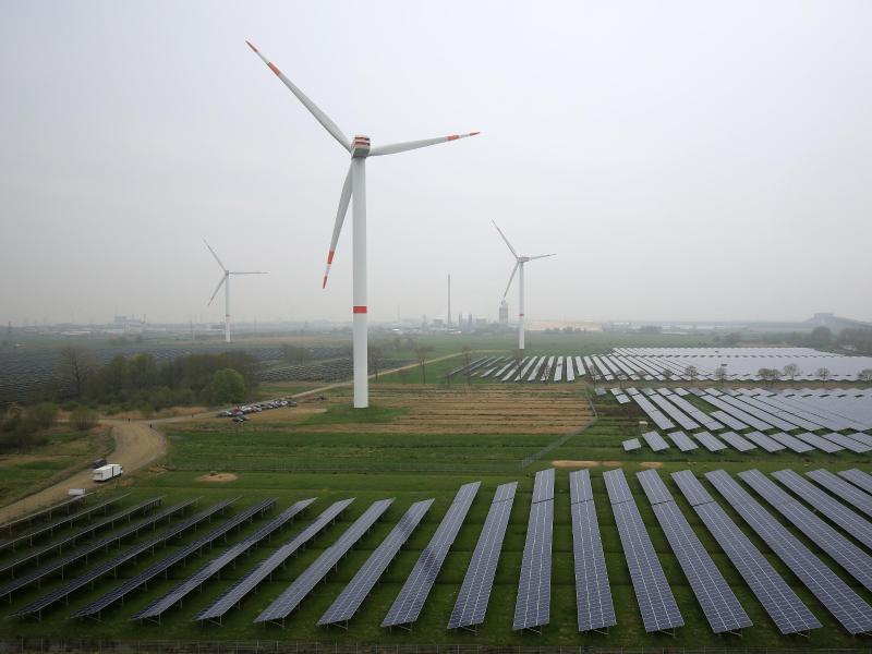 Bild zu Solaranlage und Windräder