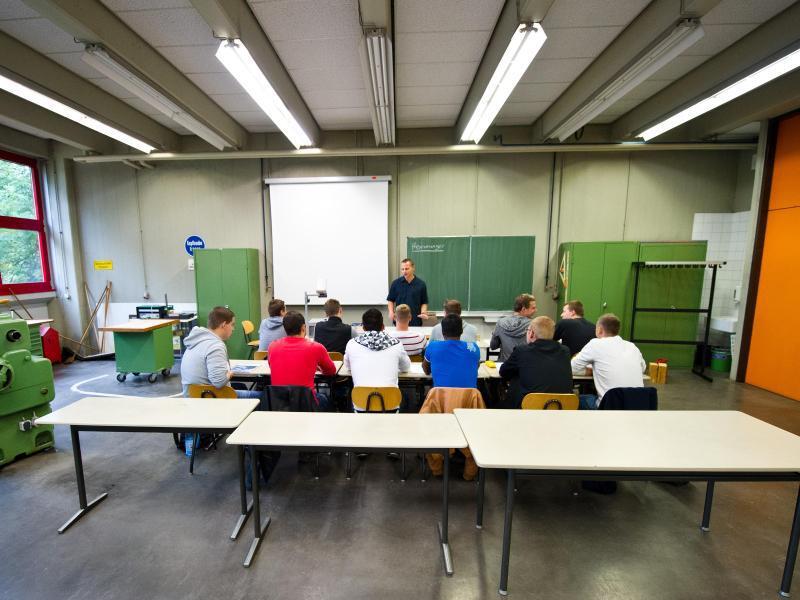 Bild zu Auszubildende sitzen in der Berufsschule