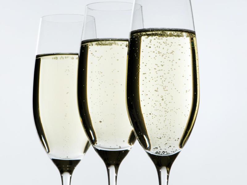 Bild zu Gläser mit Champagner