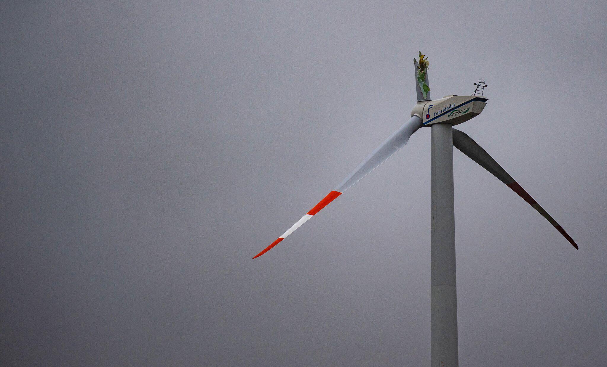 Bild zu Flügel von Windrad bricht ab und fällt herunter