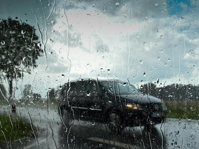 Bild zu Auto im Sturm