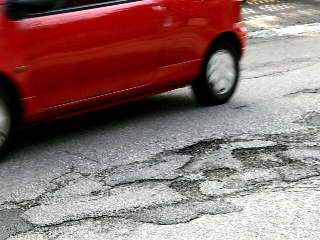 Bild zu Straßenschäden: Nicht selten gleichen deutsche Straßen einem Flickenteppich