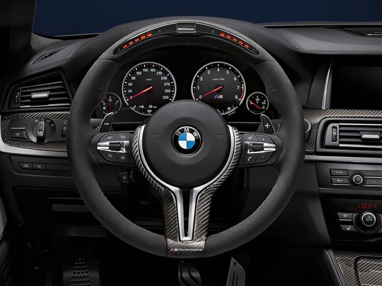 Bild zu Auch in puncto Fahrerlebnis: Das Lenkrad vermittelt Rennsport-Atmosphäre