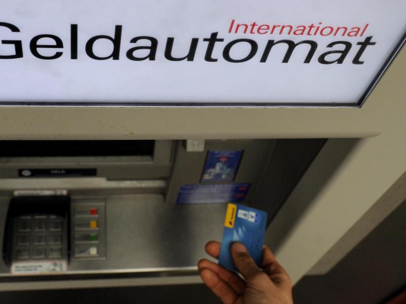 Bild zu Bankkunde hebt mit Girokarte Bargeld ab