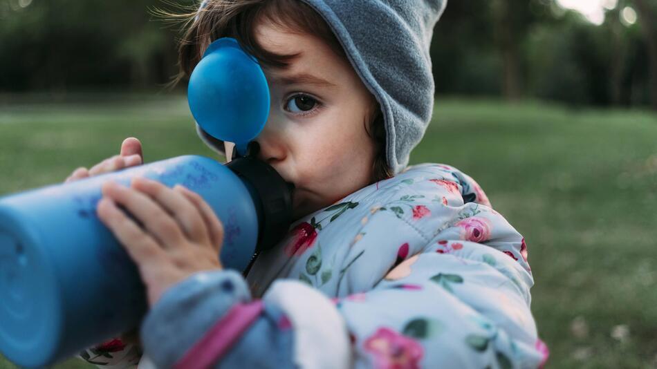 Kind mit Nuckelflasche