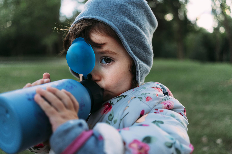 Bild zu Kind mit Nuckelflasche