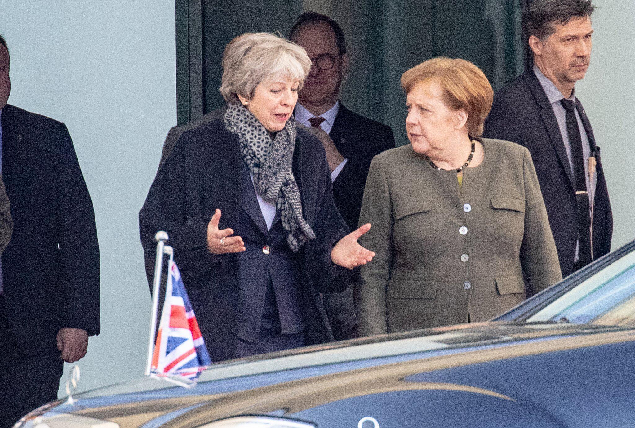Bild zu Merkel receives May