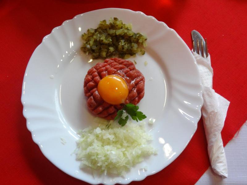 Bild zu Tatar mit einem rohen Ei