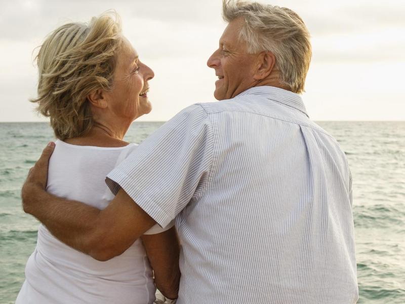 Bild zu Ältere Leute auf einem Steg