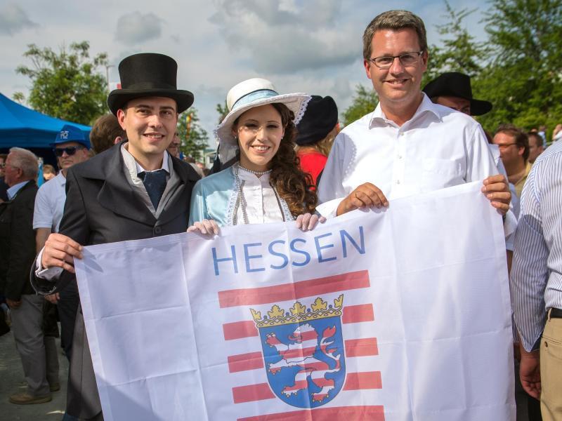 Bild zu Das Hessentags-Paar mit Bürgermeister