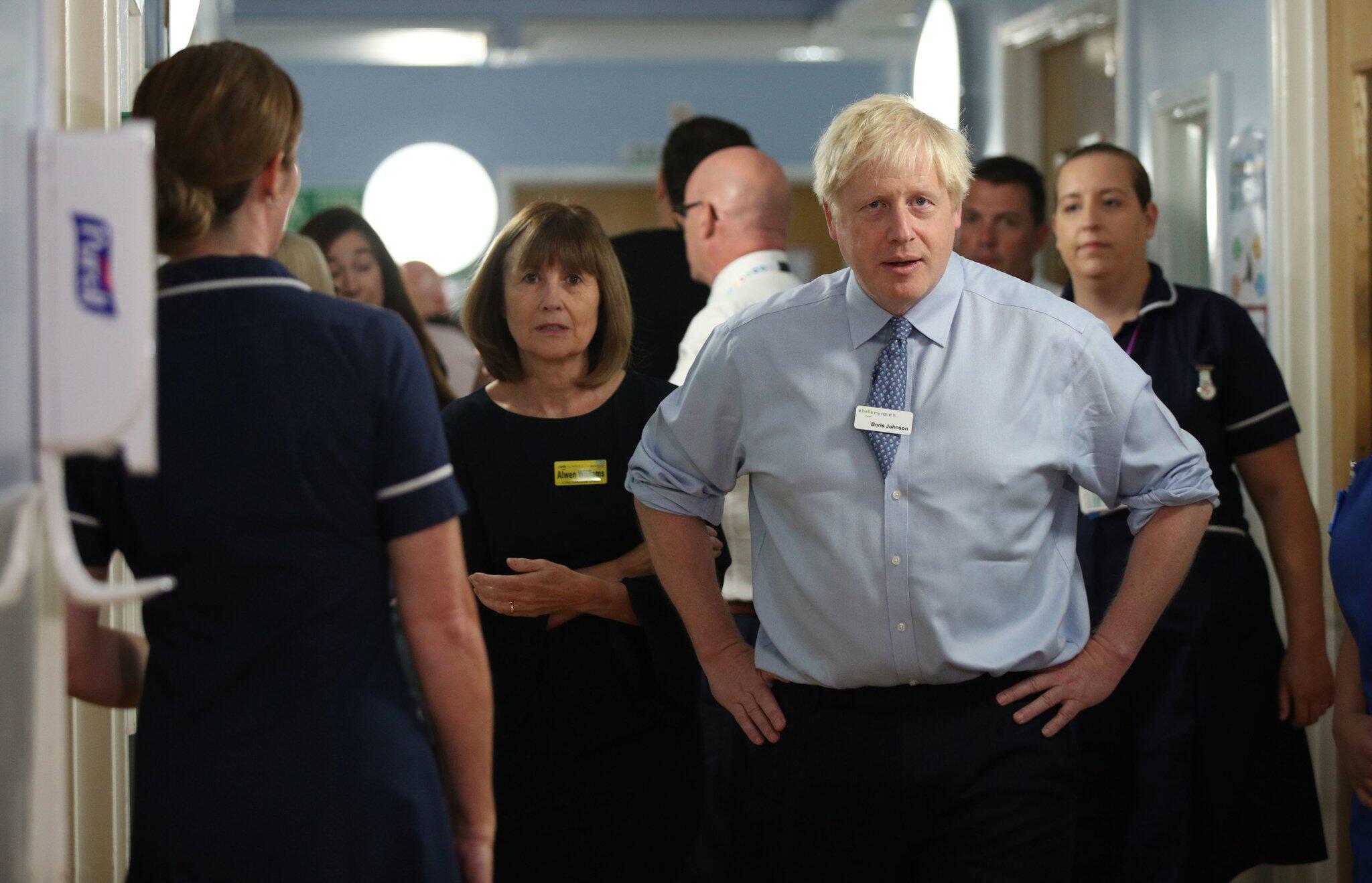 Bild zu Premierminister Johnson besucht Krankenhaus