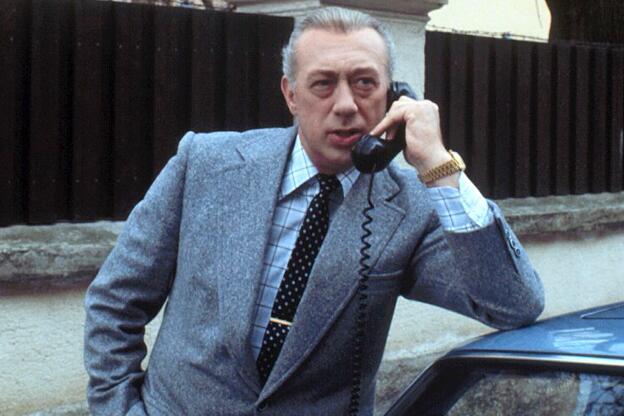 Bild zu Horst Tappert als Derrick am Telefon