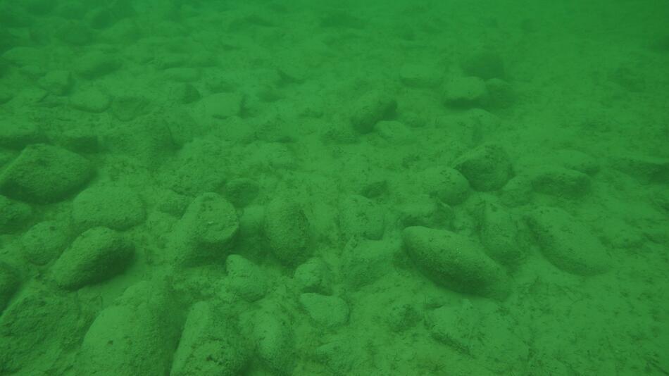 Rätselhafte Steinhügel im Bodensee von Menschen errichtet