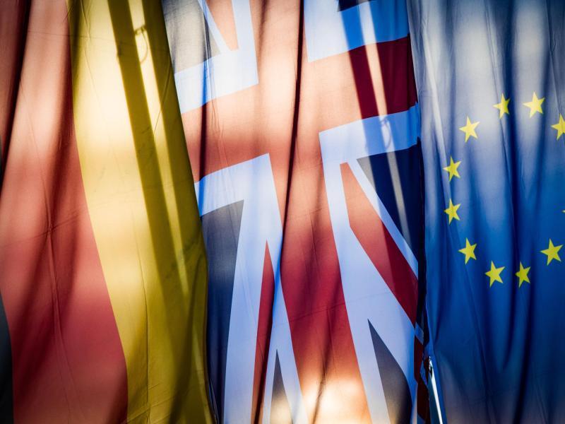 Bild zu Deutsche, britische und EU-Fahne