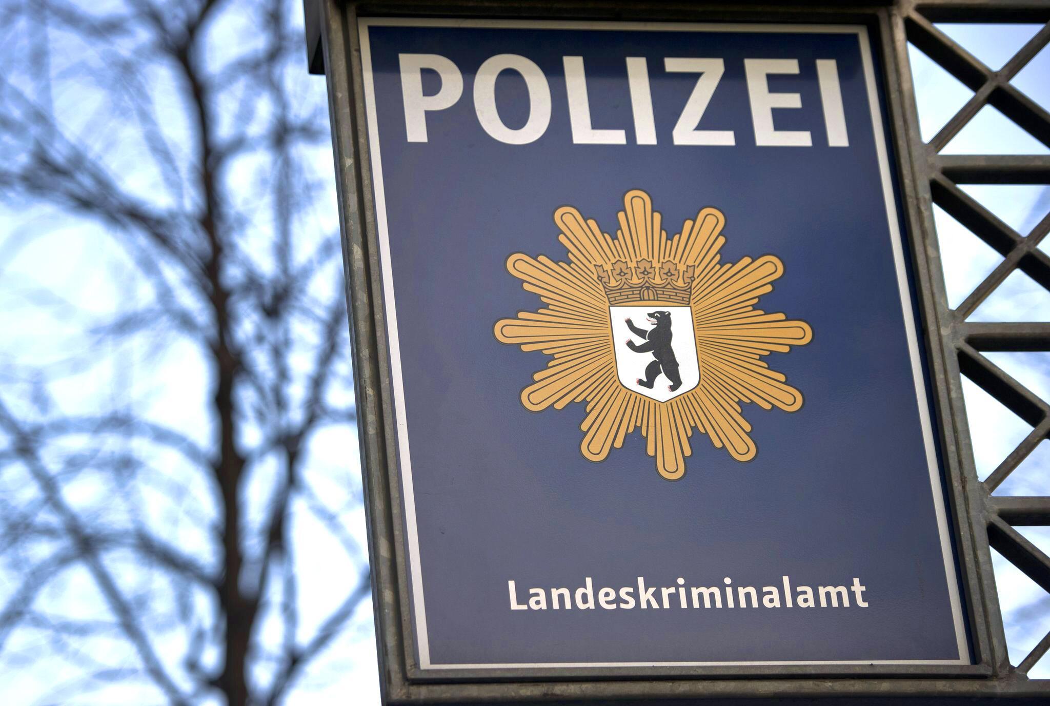 Bild zu Durchsuchungen wegen Korruptionsverdachts - Polizist verhaftet