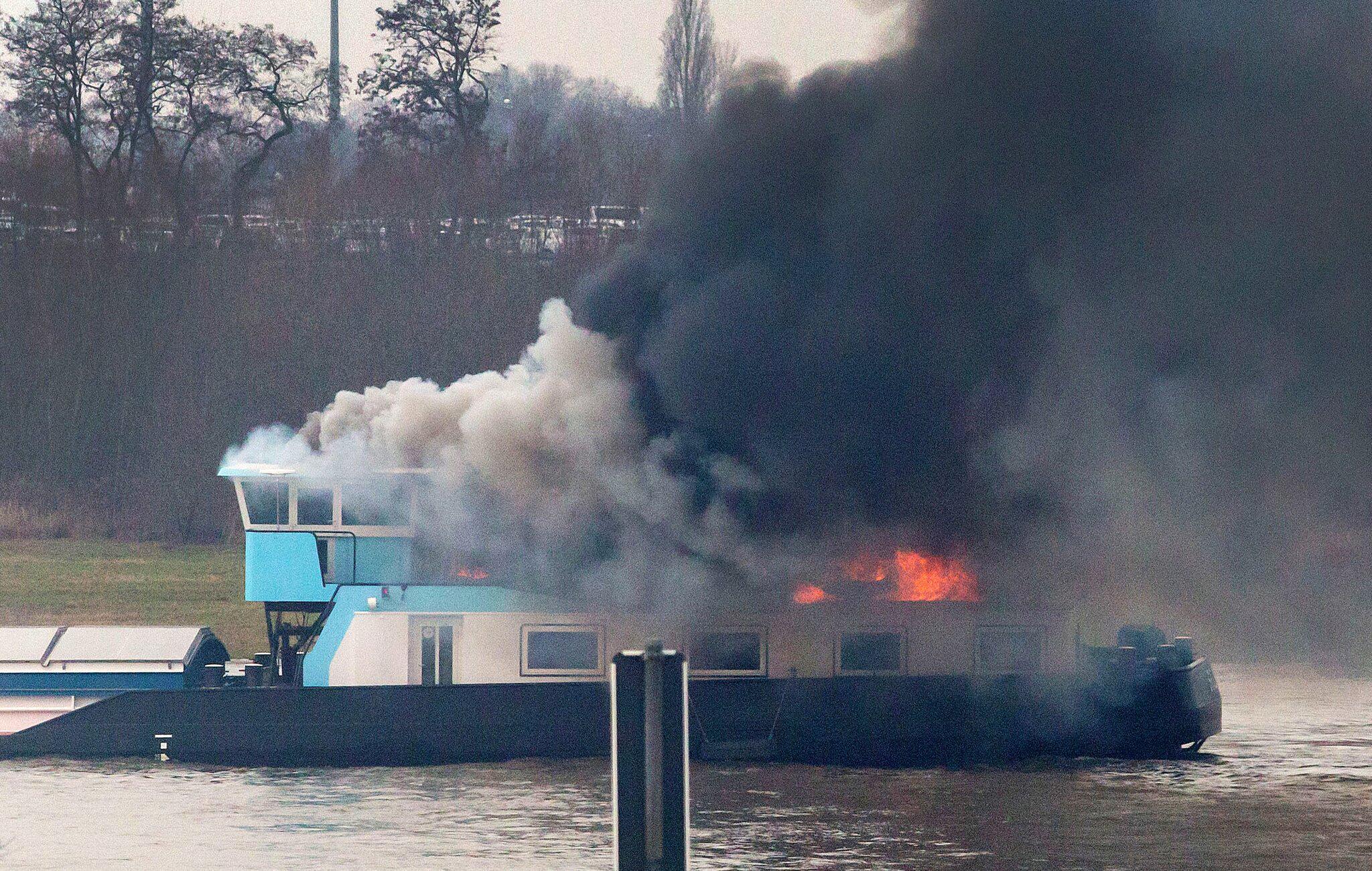 Bild zu Schiff brennt auf dem Rhein